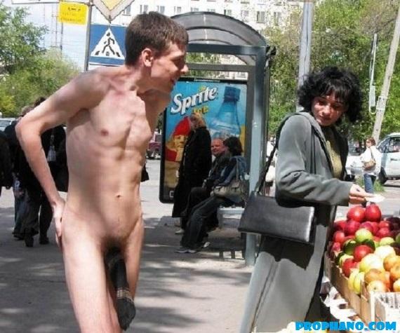 homem pelado, naked man, tira a meia do pau e enfia no seu cu