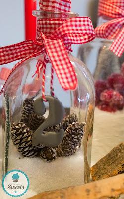 Adventskranz, Kerzen, Flaschen, Schleifen, Zahlen, Kunstschnee, Cranberrys, Tannenzapfen, Holz, Weihnachten, Deko