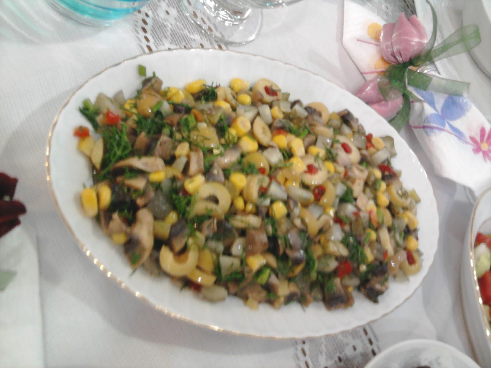 Zeytinli Mantar Salatası