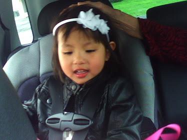 Photo de Noémi dans l'auto de papa