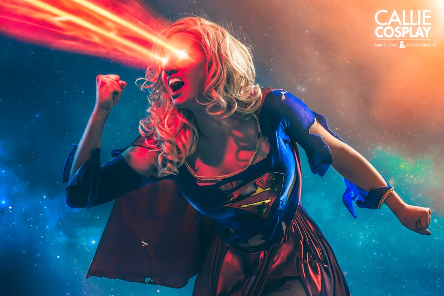 photo de Callie cosplay en supergirl destroy utilisant ses yeux lasers
