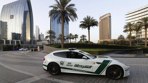 automovel Ferrari FF vira viatura em Dubai
