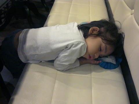 Ape kekdahnya anak aku tido cara cenggini?
