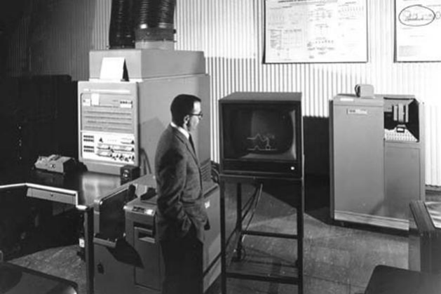 Un homme est devant l'ordinateur 704 d'IBM