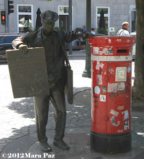 newspaper seller sculpture in Porto