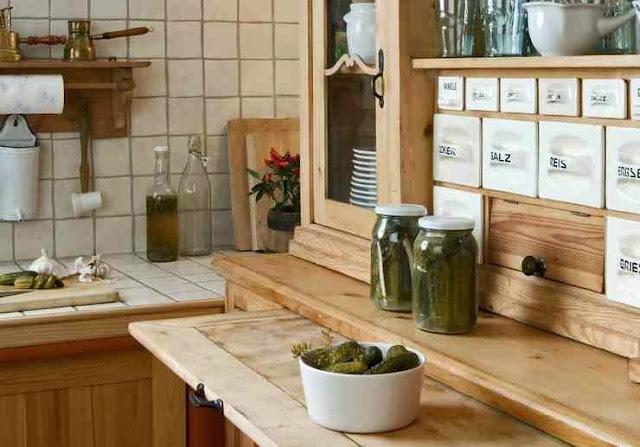 Jasne drewniane meble w wiejskiej kuchni