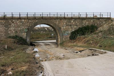 Carretera arrancada por la avenida del Salado. (octubre 2008)