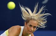 A checa Clara Zakopalova serve para a francesa Marion Bartoli no ATP Dubai.