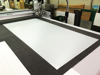 大判プラダンと大型デジタルカッティング機の写真