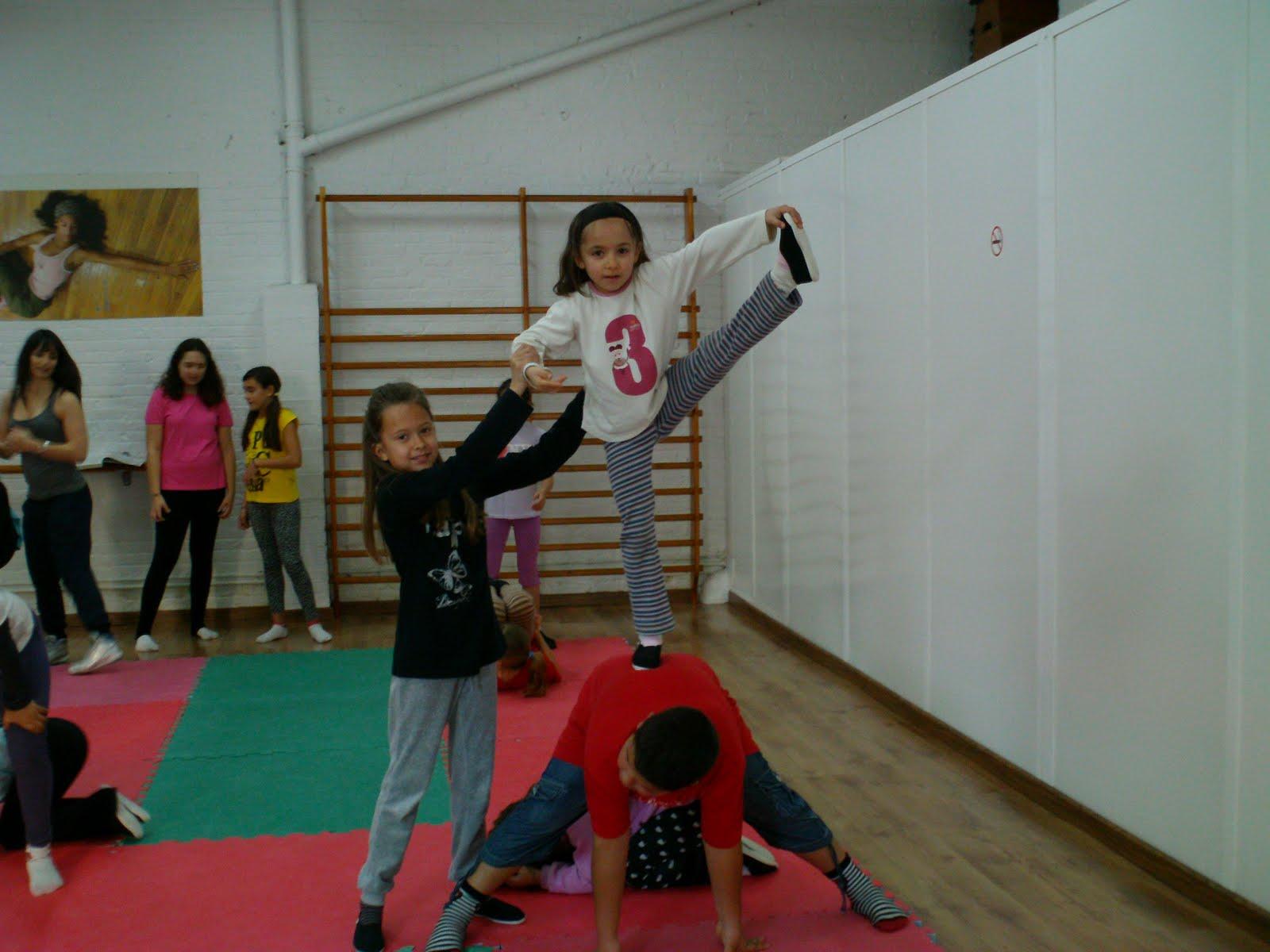 Escuela de danza y acrobacia gimnasio pir mide la for Gimnasio hospitalet