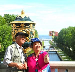 Turisti a Peterhof vicino San Pietroburgo (foto ap)