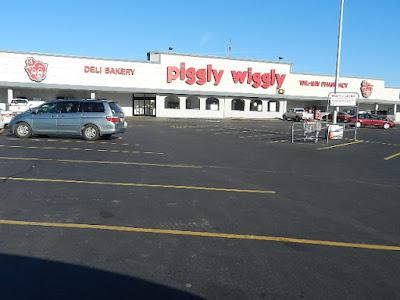 Exterior photo of Piggly Wiggly grocery store