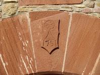 Escut amb la data de 1751 a la llinda de la porta del Barceló