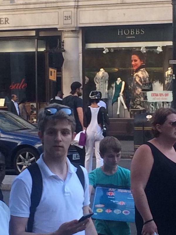 9 Agosto - Nueva Foto de Rob & FKA Twigs de compras en Londres hoy!!! CL_WGWPWIAE1G9O