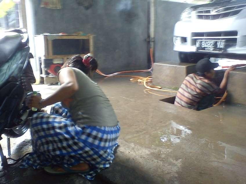 Gambar cara mencuci motor dan mobil