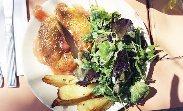 salmon bagel papas rusticas verdes