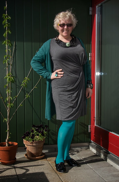 Kaffesoester in cheap grey jersey dress and long green cardigan