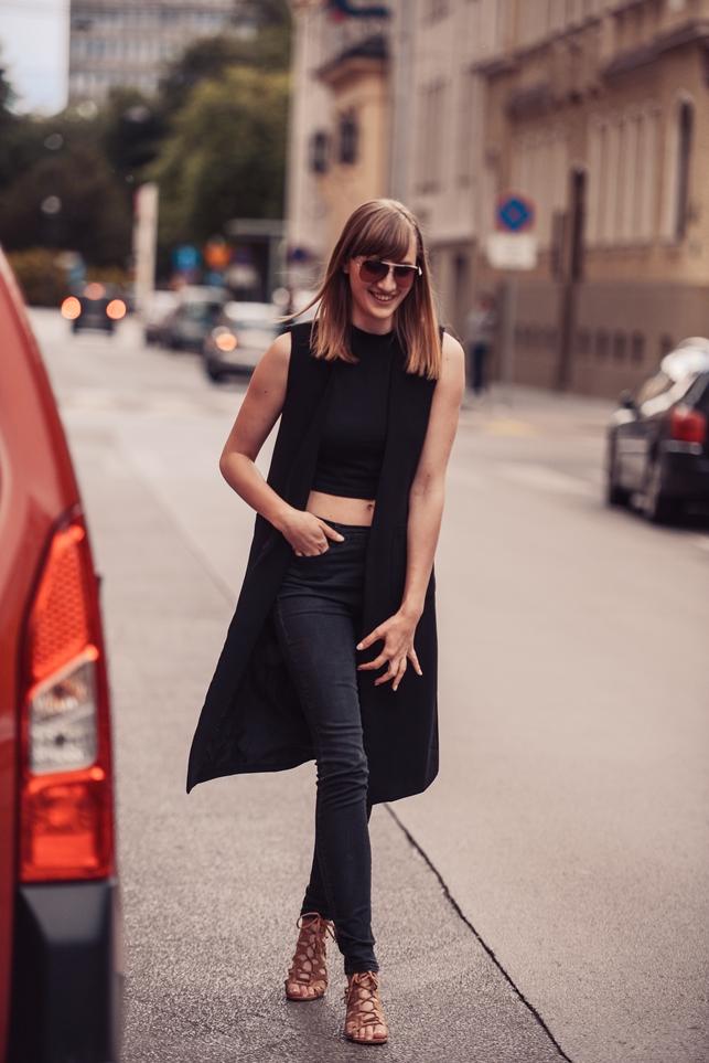 front row shop black longline vest gilet, black turtleneck crop top, highwaisted black pants, hm H&M lace up beige camel gladiator sandals, style blogger, fashion blog