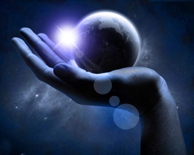 planeta y mano