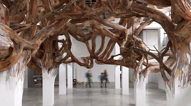 Ramas de árbol surreal brotan de vigas de soporte interior