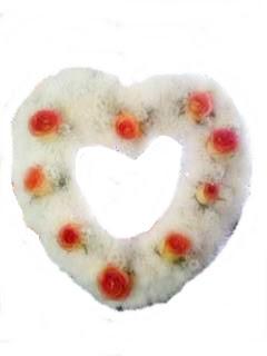 coração pequeno com crizantemo e rosas bianse