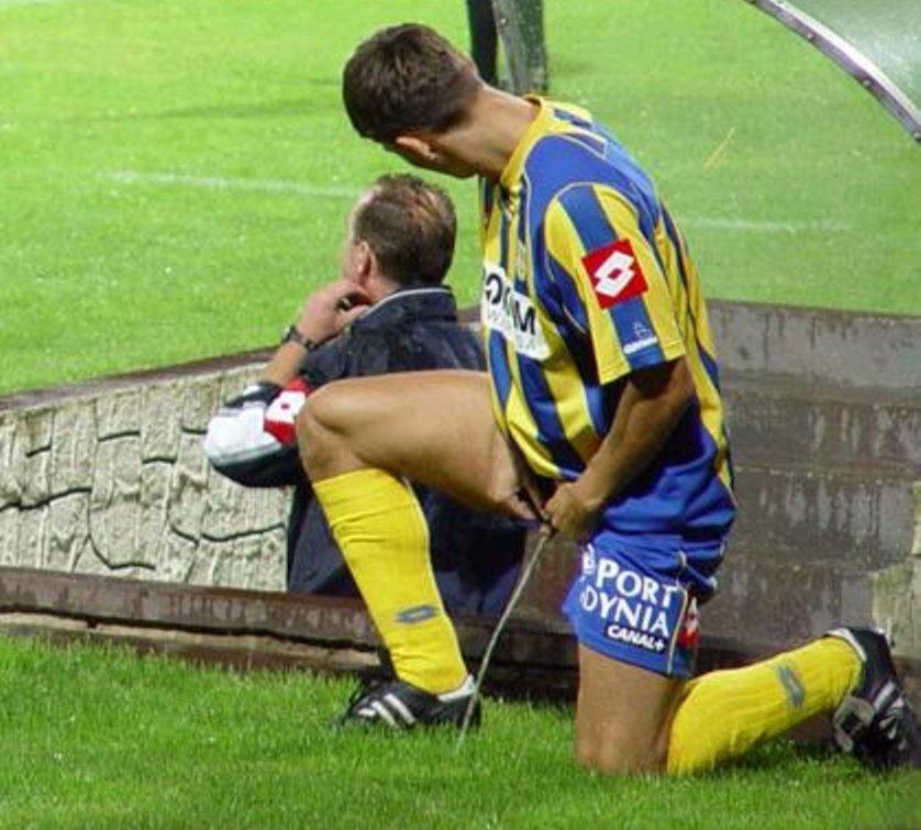 Dois Jogadores De Futebol Dando Aquela Mijada Nada Discreta Durante A