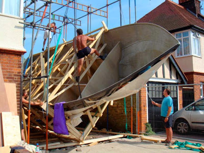 Ξόδεψε έξι χρόνια για να φτιάξει το δικό του, 14 μέτρων γιοτ πολυτελείας στον κήπο του