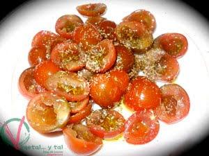Aliñar los tomates.