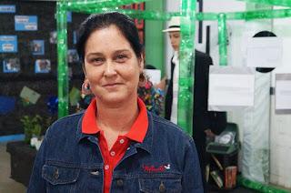 A orientadora pedagógica Luciana Ribeiro enfatiza a participação dos alunos na montagem da exposição e ensaio das apresentações