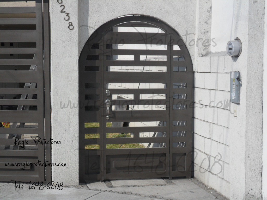 Regio protectores port n corredizo de 3 hojas y puerta lateral de accesos en arco - Arcos decorativos para puertas ...