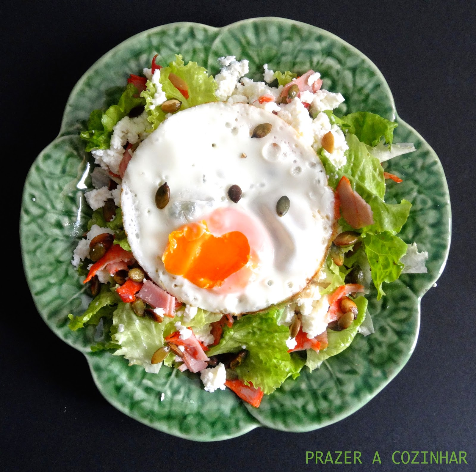 prazer a cozinhar - Salada de paio, requeijão, sementes de abóbora e ovo