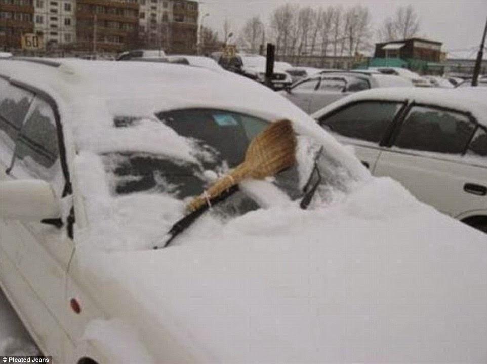 مقشة بدلا من قاشط الثلج في السيارة