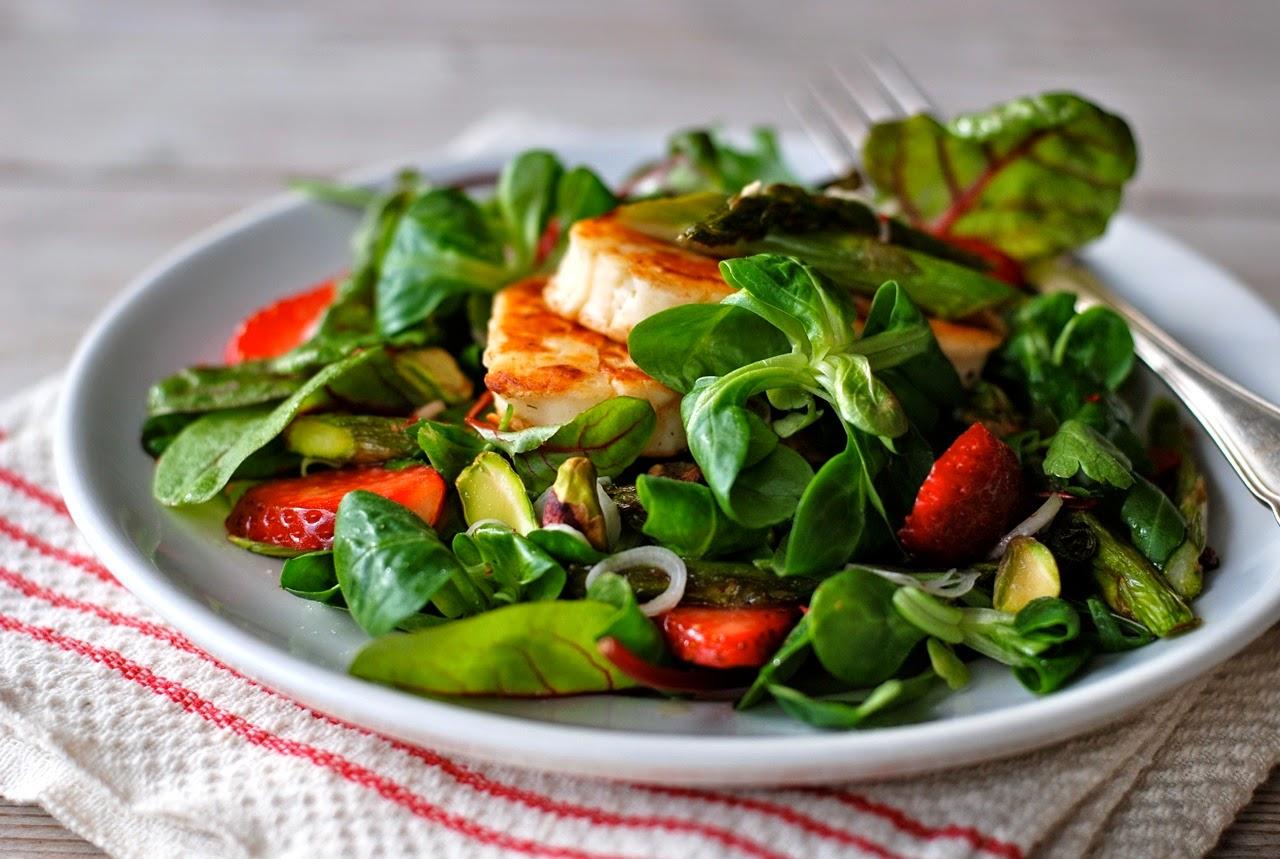 Groene Keuken Recepten : In de keuken: Salade met aardbeien, groene asperges en halloumi