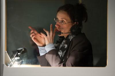 Dolmetscherin Caroline Elias in der Dolmetscherkabine für Französisch / Konferenz / Berlinale