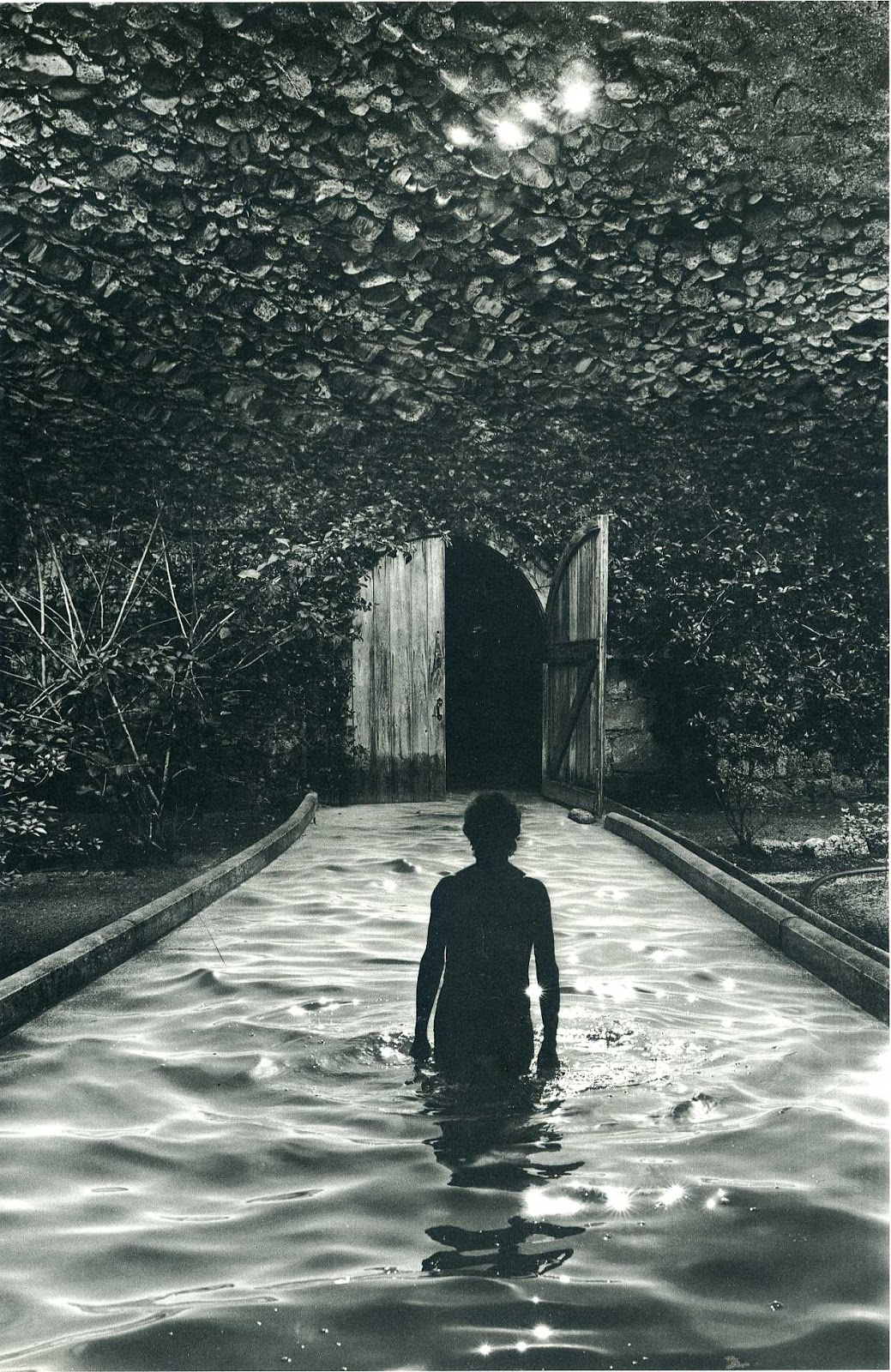 jerry uelsmann The surreal, spiritual and thought-provoking images of jerry uelsmann, the master of photomontage, are anaylized and explored as we reveal the creative proce.
