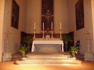 Altare piano di appoggio all' interno di una chiesa