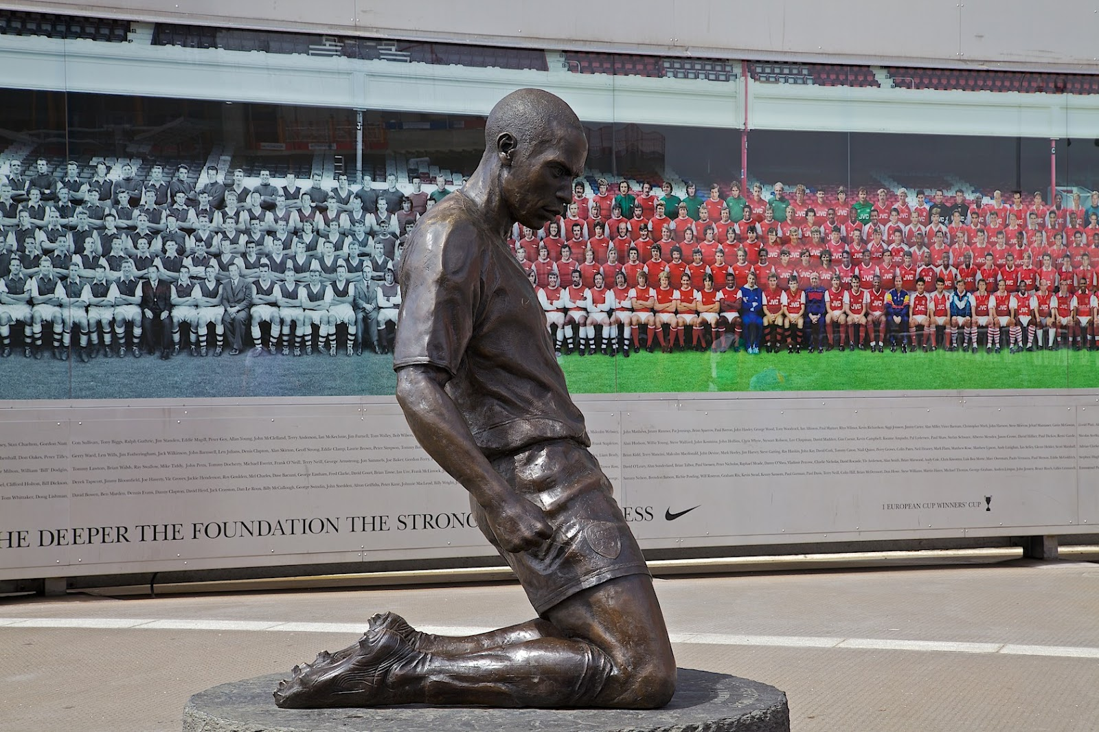 I qu representan las estatuas del emirates stadium for Emirates stadium mural