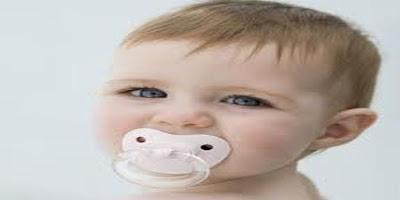 Bébé avec sucette-garçon aux yeux bleus
