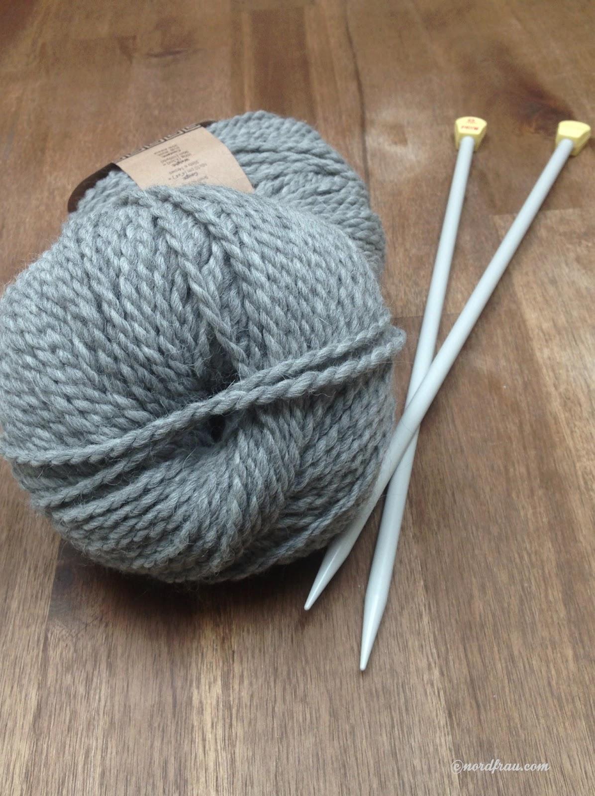 Wollknäuel, Stricknadeln grau