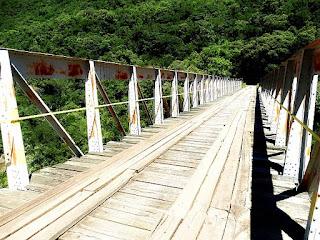 Caminhada sobre o chão de madeira da Ponte dos Korff.