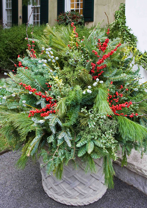 Outdoor Christmas Arrangements with Greenery 470 x 667