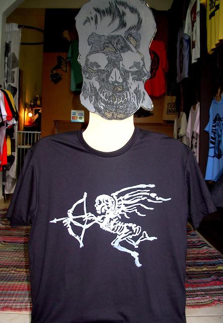 """Camiseta Xilo Shirt com estampa em Xilogravura de D'Julia Gangary - Série """"A Morte do Cupido"""""""