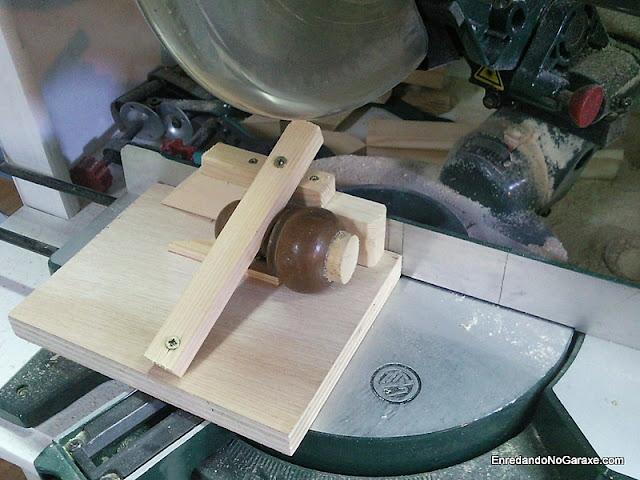 Soporte para cortar piezas pequeñas en la ingletadora. enredandonogaraxe.com