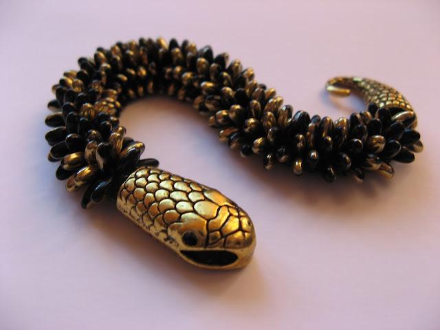 Czarno-złoty wąż