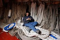 durmiendo en las cuerdas de la bodega del pailebote Santa Eulalia