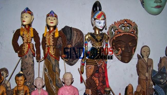 Berbagai kerajinan yang diproduksi oleh Perajin Lokal Krebet seperti masker, boneka, lemari, aksesoris rumah, patung kayu, kotak perhiasan, dan batikdecorative