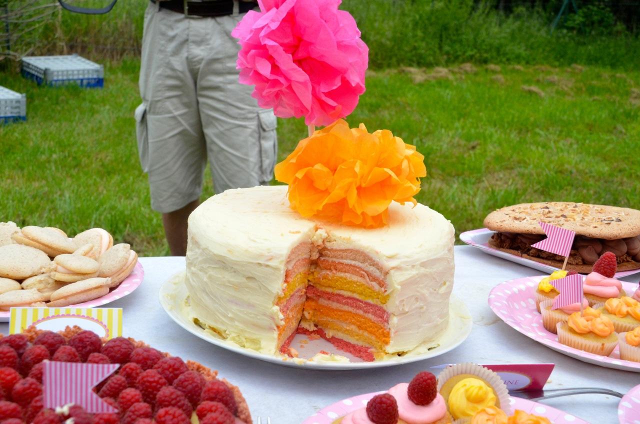 gâteau arc-en-ciel et pompon toppers
