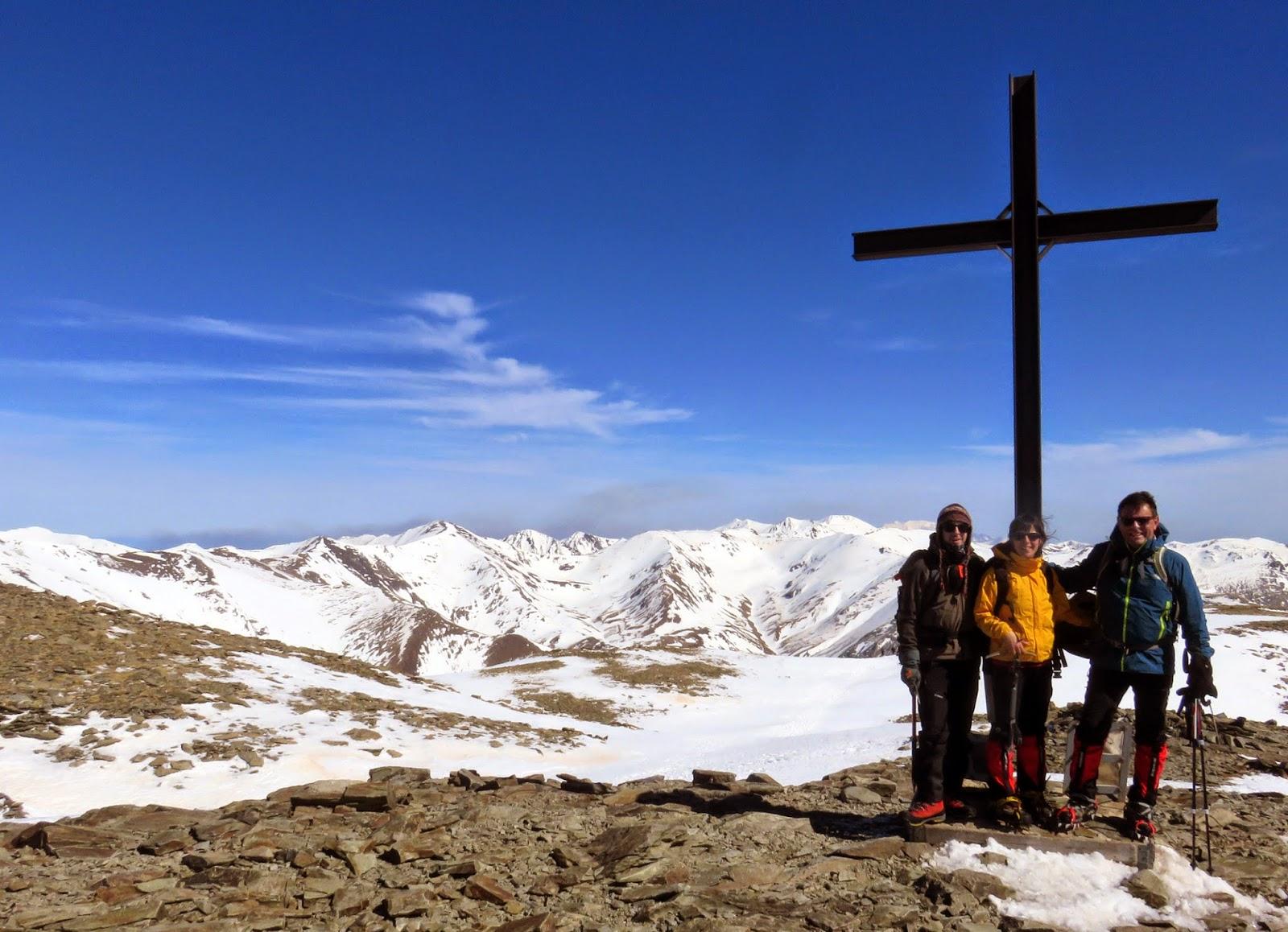 Cruz en la cima del pico Puigmal en invierno.