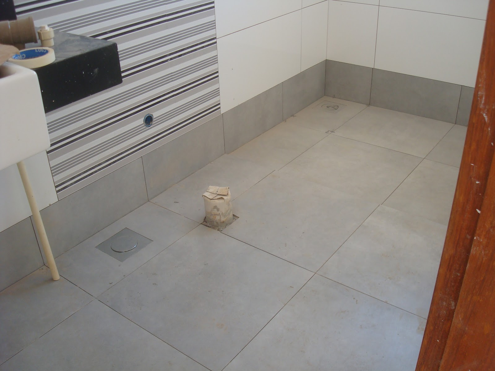 Olha no banheiro cinza como fica bonito quase desaparece! #71361E 1600x1200 Banheiro Branco Com Rejunte Cinza