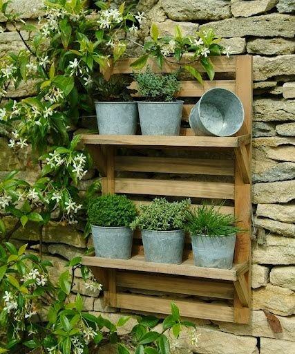 mini jardim reciclado:Jardim vertical feito com paletes, economiza espaço e é SUPER